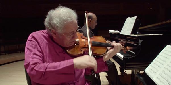 Joseph Merrick jouant du violon