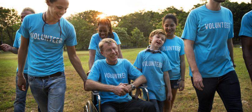 Groupe de bénévoles dont une personne en situation de handicap