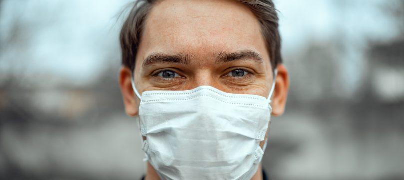 Portrait d'un homme avec un masque médical pour se protéger du coronavirus.