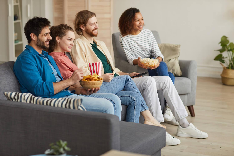 Jeunes gens assis sur un canapé