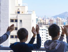 famille applaudissant à leur balcon