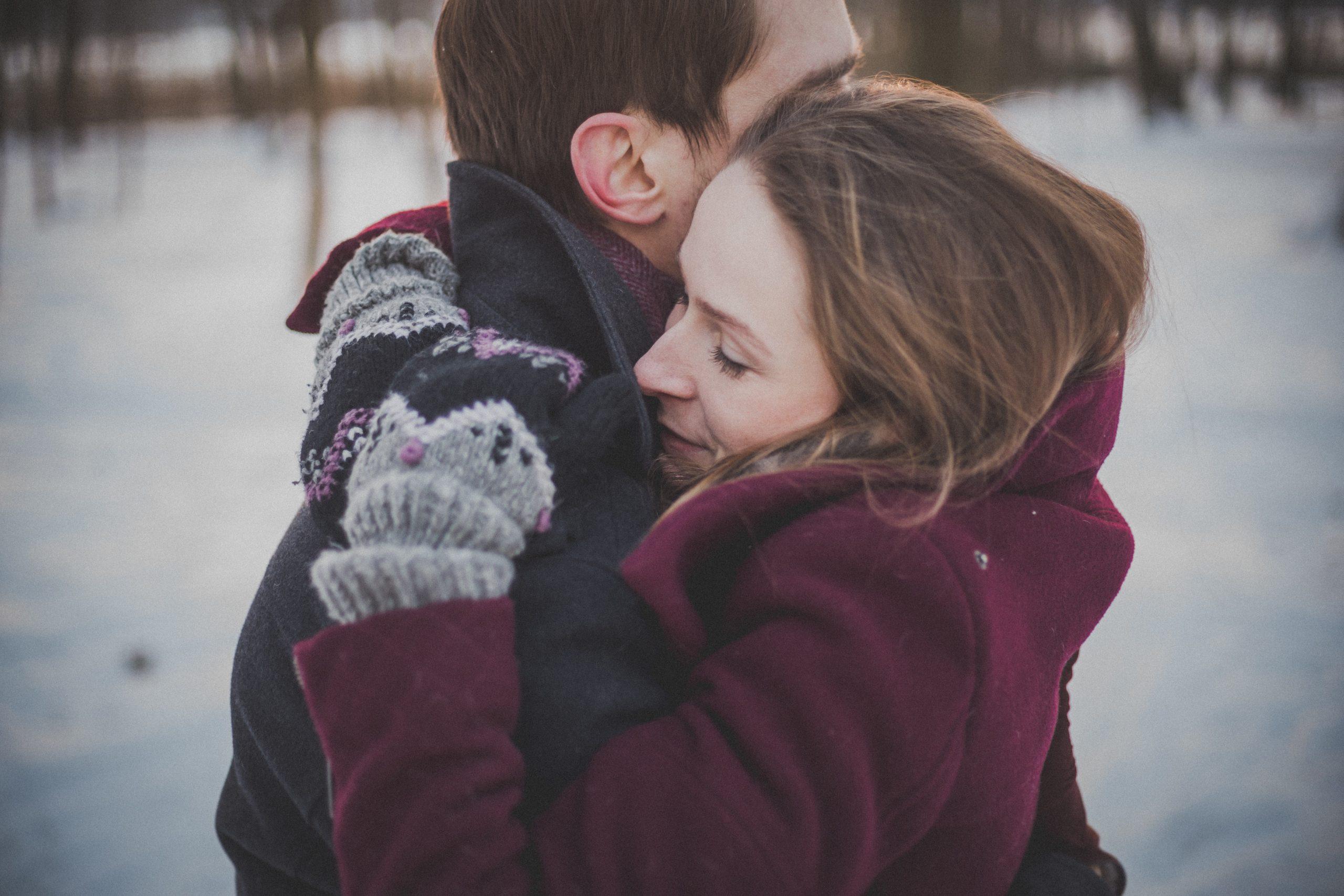 jeune couple enlacé dans les bras l'un de l'autre