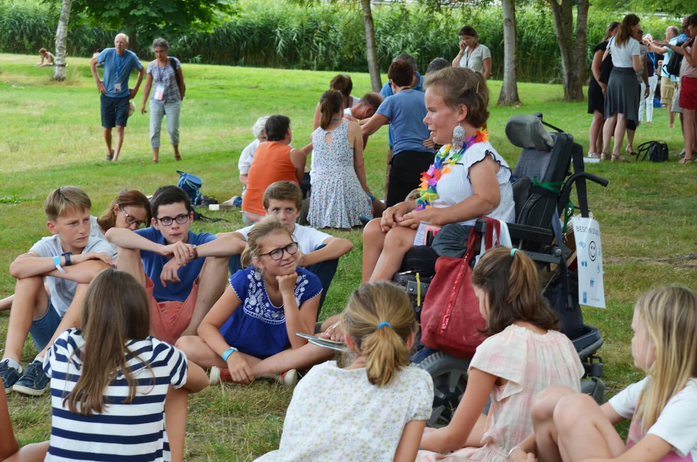 Personne handicapée faisant un témoignage devant un groupe de jeunes