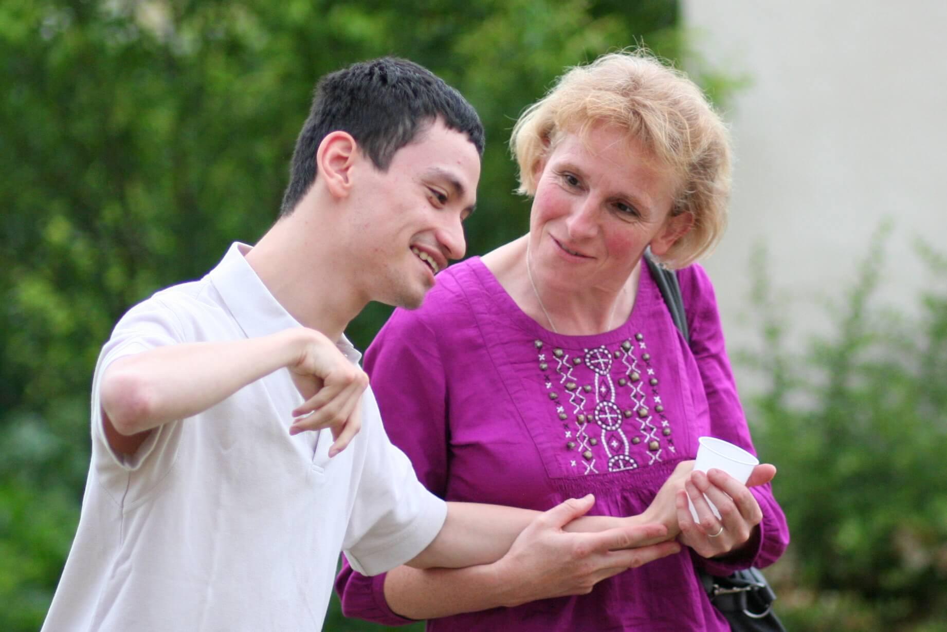 Une femme accompagnant un jeune homme IMC