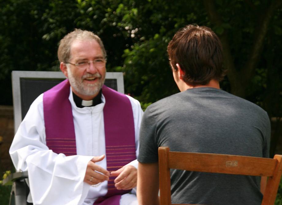 Un prêtre échange avec un homme