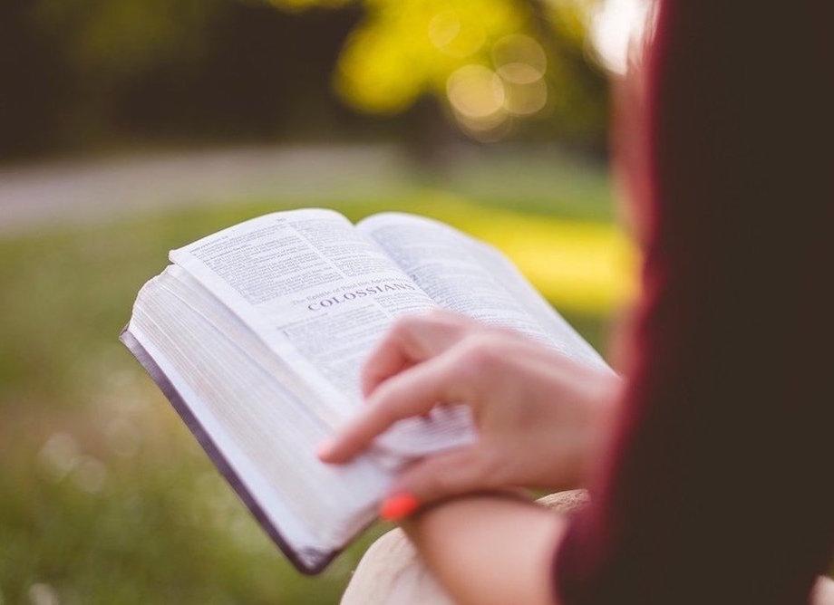 Une femme lisant la bible