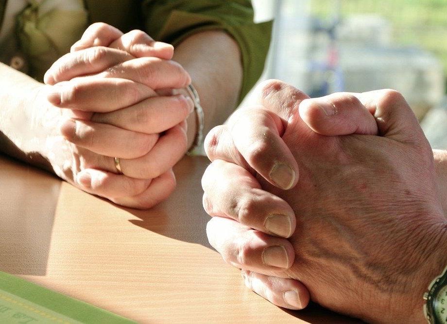 Deux personnes qui prient ensemble