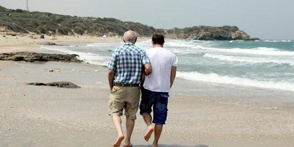 Un père et son fils se promenant sur une plage