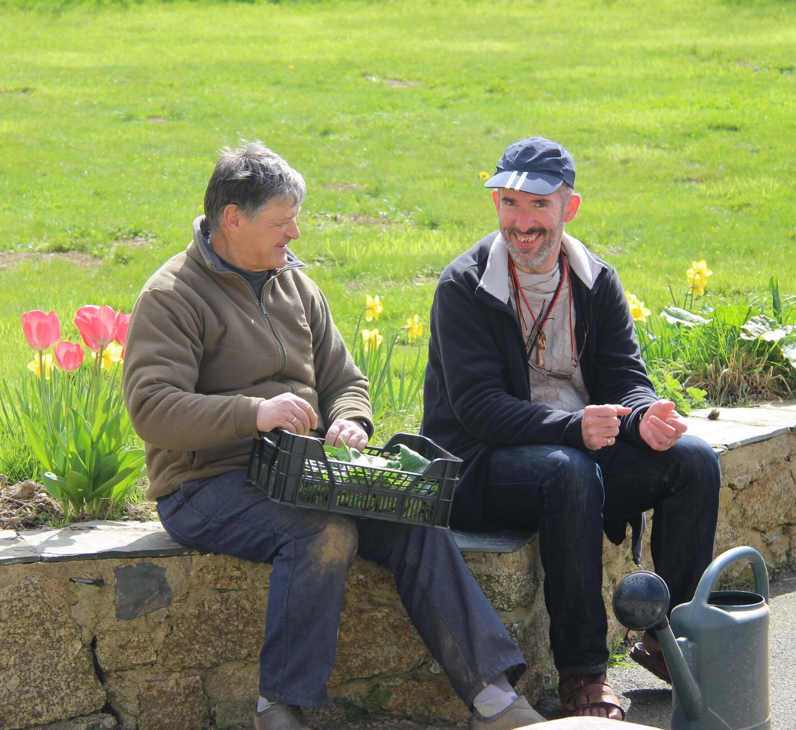 Deux personnes handicapées mentales en train de discuter