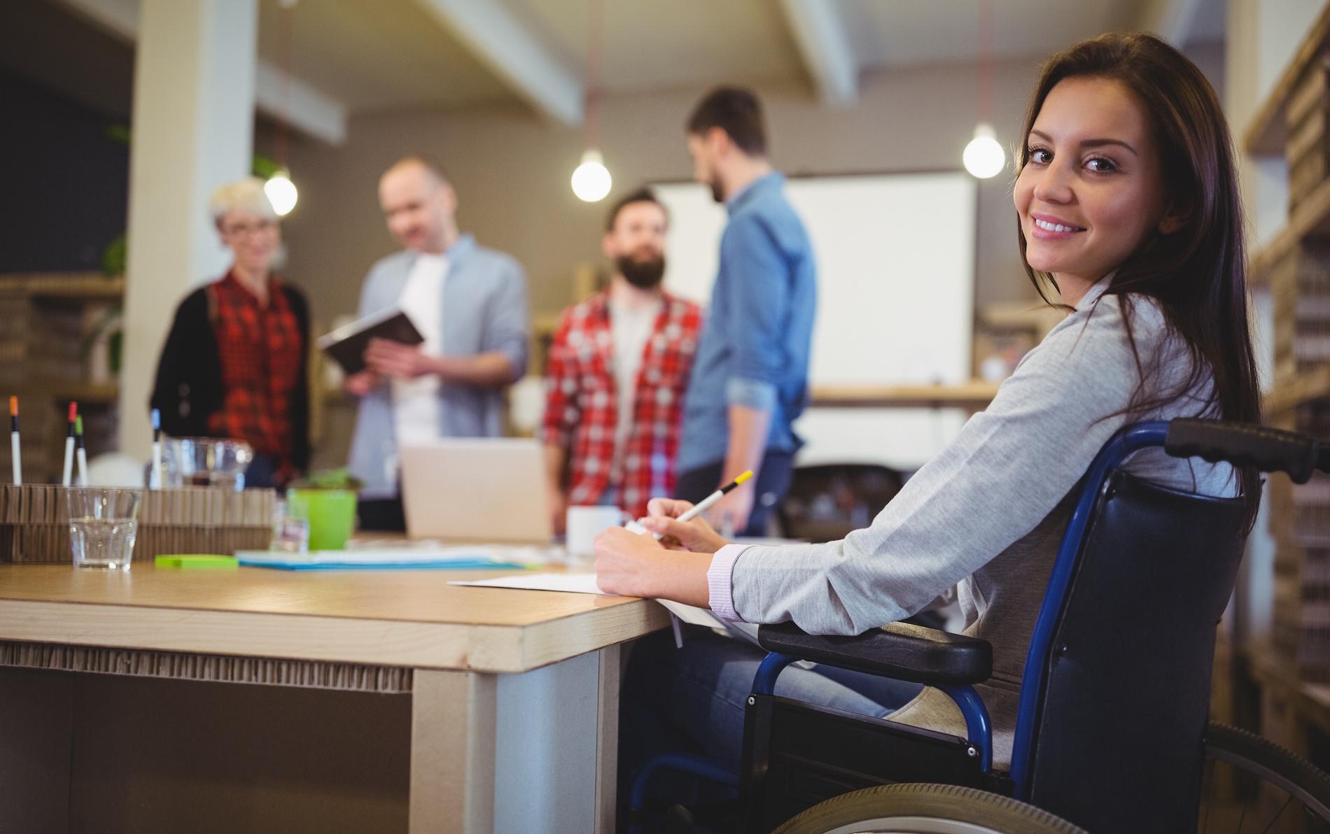 Une réunion en entreprise avec une personne en situation de handicap