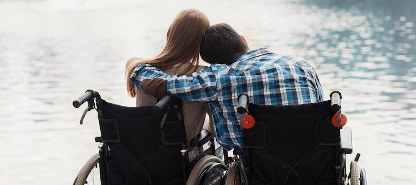 Un homme et une femme en fauteuils, amoureux
