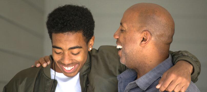 Un papa et son fils avec un handicap mental