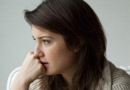 Une jeune fille seule, méditative