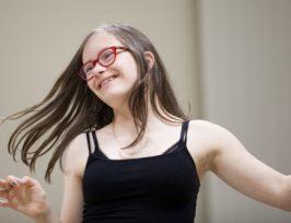 une jeune femme trisomique en train de danser