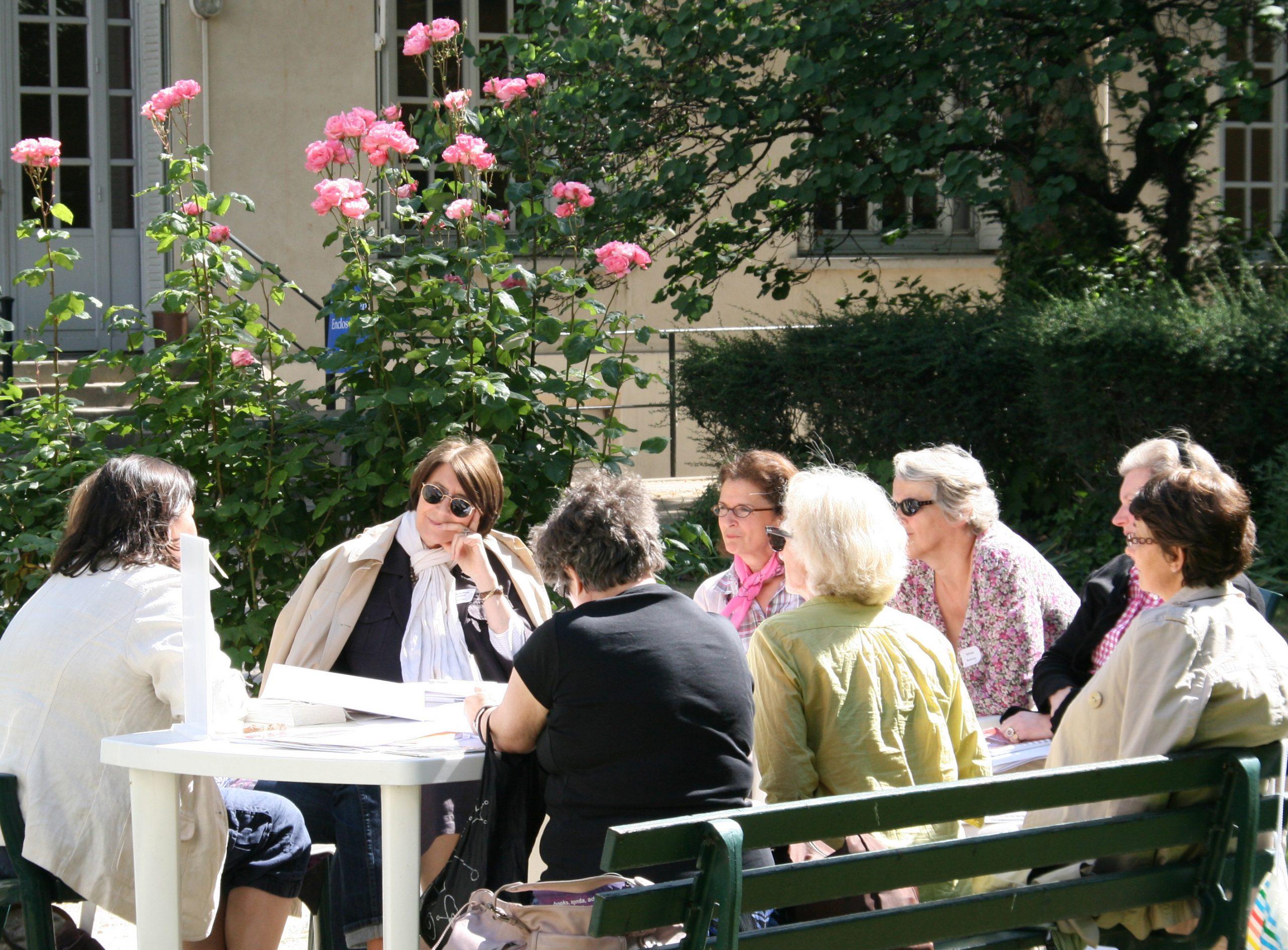 Groupe de mamans qui discutent