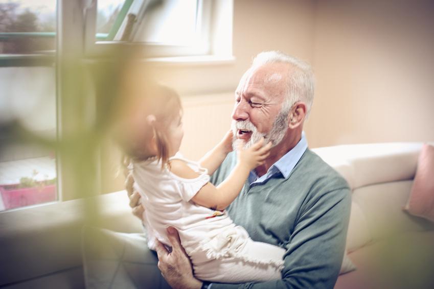 Grand-père jouant avec sa petite fille
