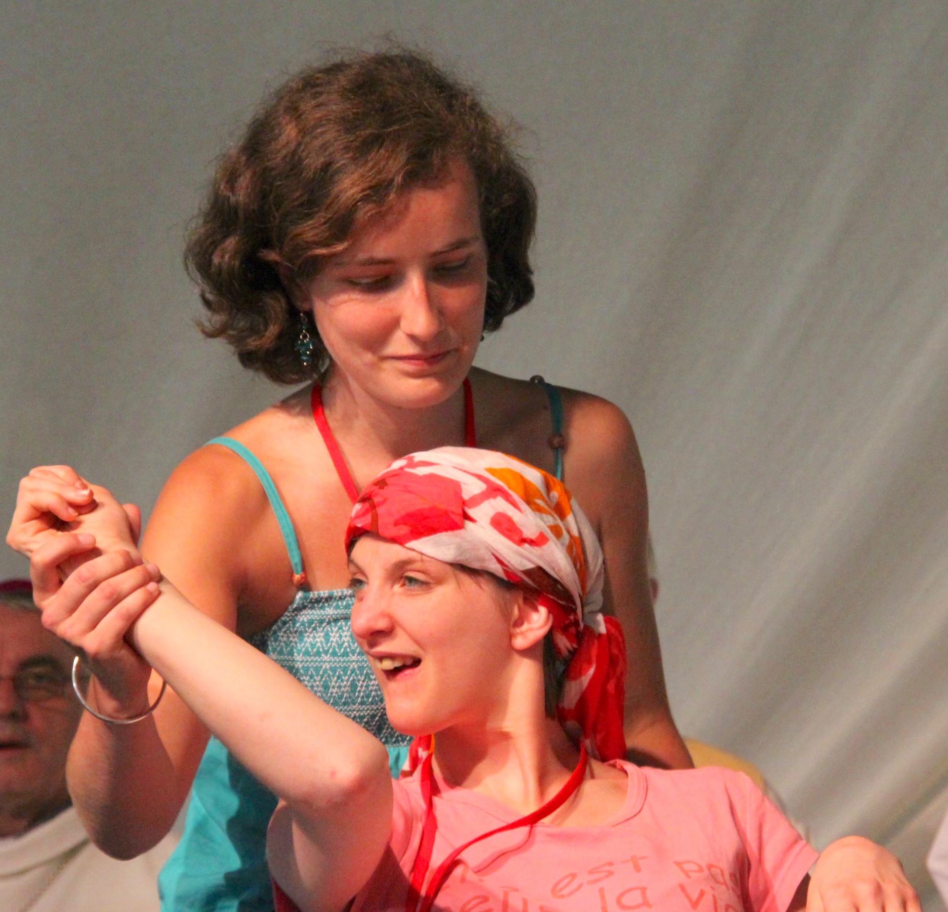 Jeune fille handicapée en fauteuil roulant qui danse avec son accompagnatrice