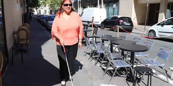 Patricia marchant dans la rue avec sa canne