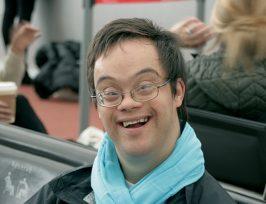 Une personne trisomique souriante