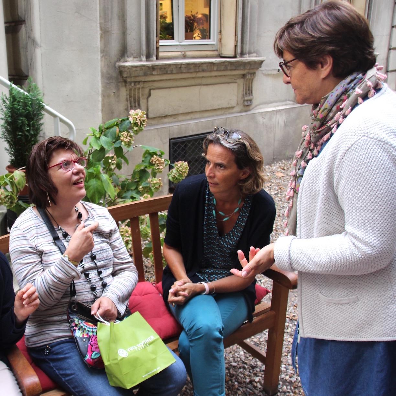 Trois personnes au café rencontre