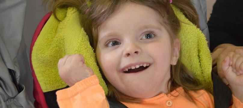 Petite fille qui porte un handicap mental depuis sa naissance