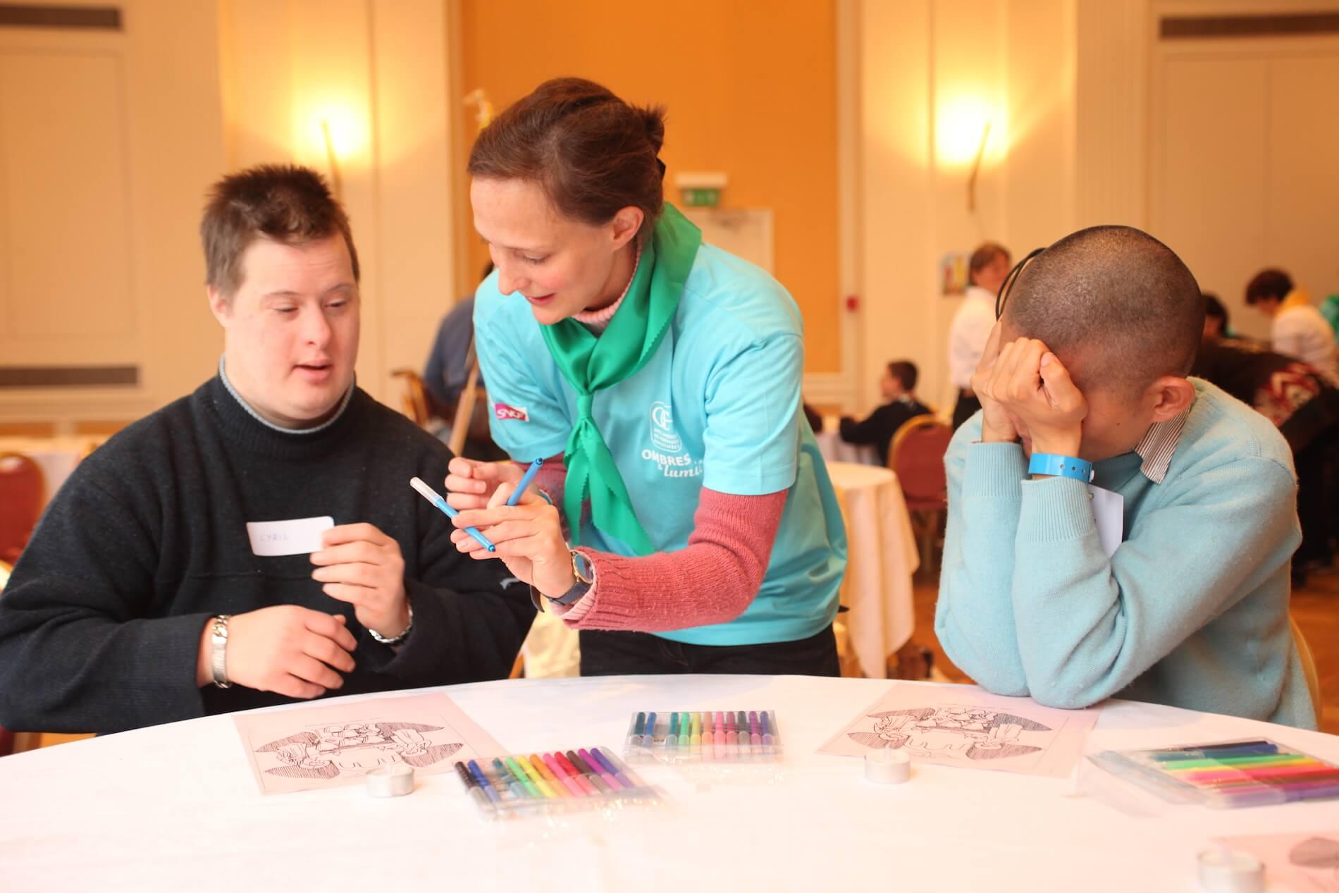 Bénévoles de l'OCH dessinant avec des personnes handicapées