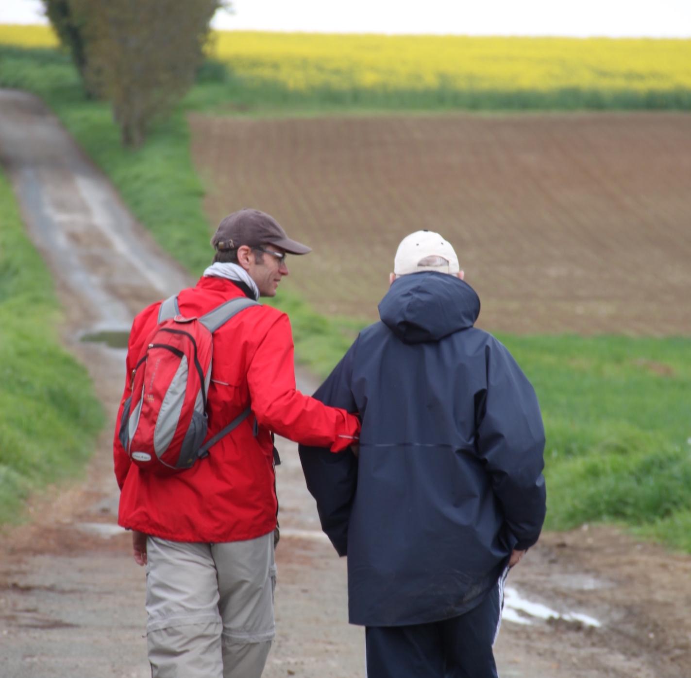 Une personne handicapée et un ami marchent sur un chemin