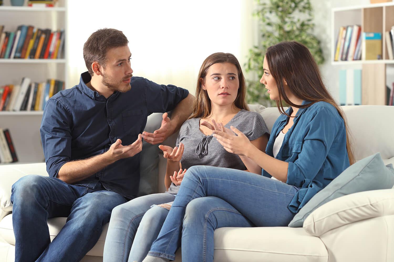 Jeunes professionnels qui discutent
