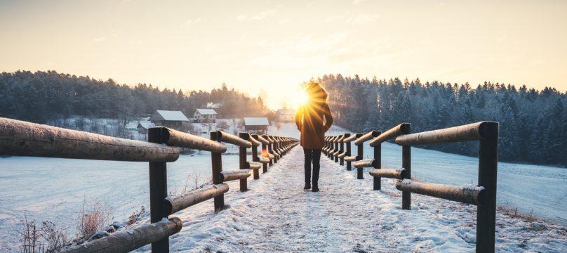 Femme marchant dans la neige