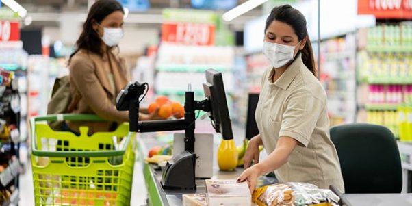 caissière avec un masque