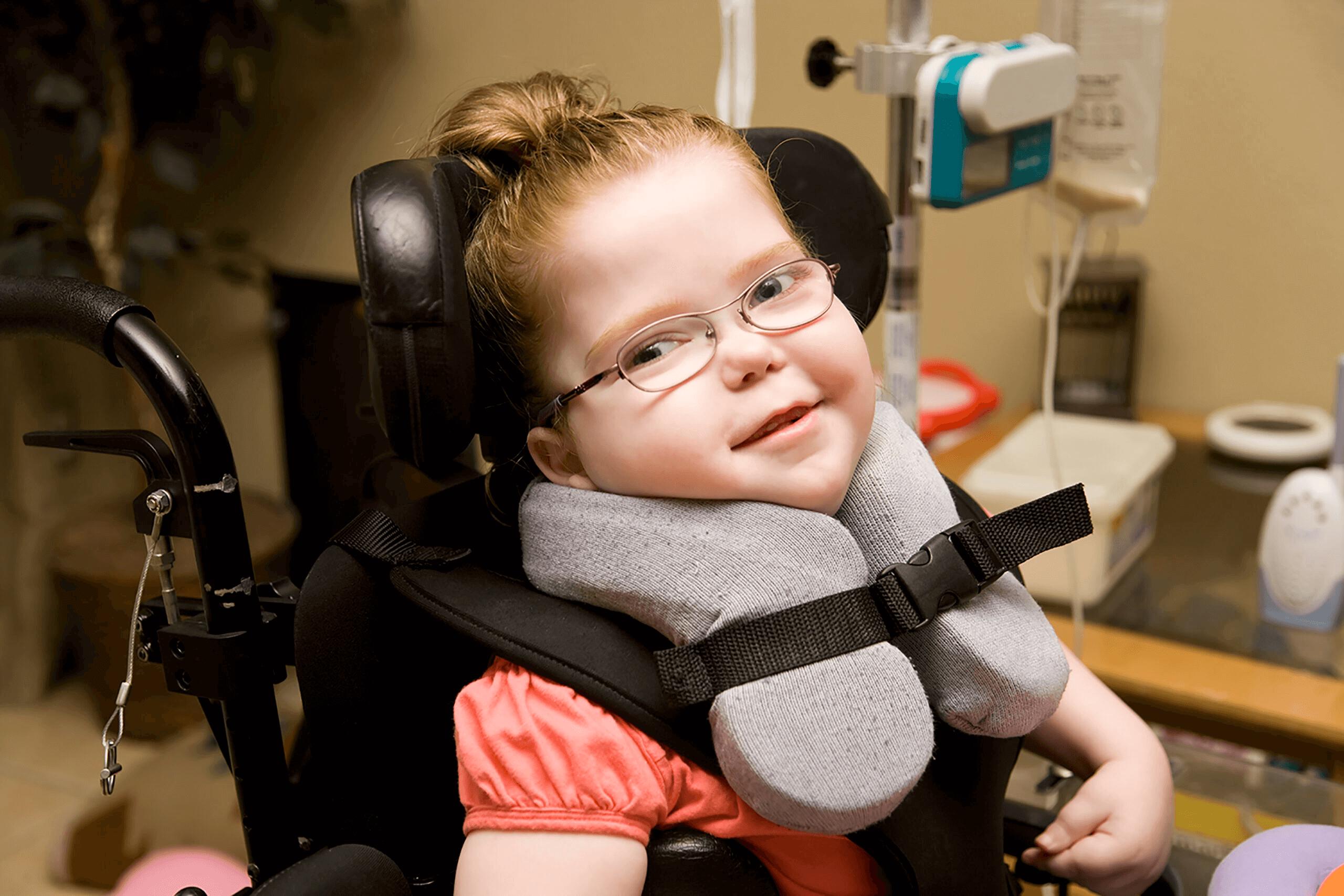 Jolie petite fille en fauteuil roulant