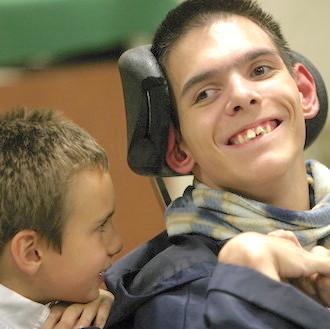 Une jeune femme avec une personne handicapée