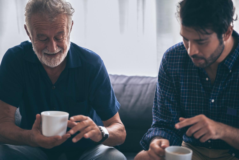 Deux pères discutant ensemble