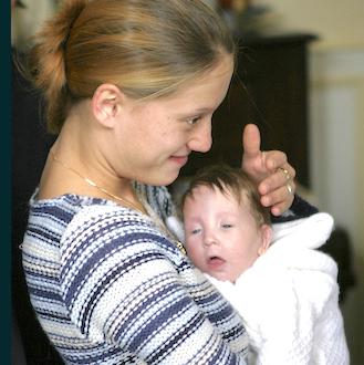 Une jeune femme et son bébé handicapé