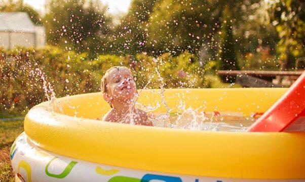 un petit garçon dans une piscine gonflable