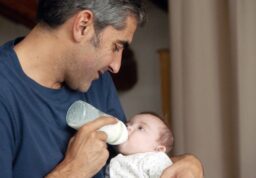 Franck (Ary Arbittan) avec sa petite fille trisomique.