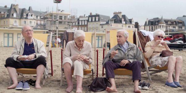 les résidents partagent un pic nic sur la plage
