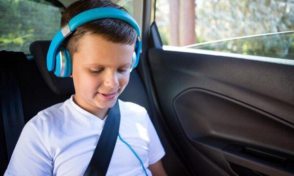 enfant écoutant de la musique dans une voiture
