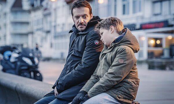 un père et son fils côte à côte
