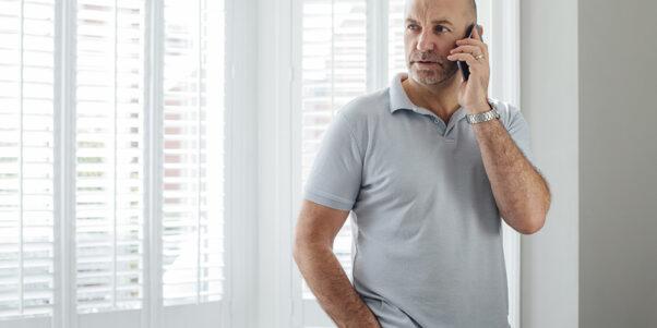 Un homme au téléphone