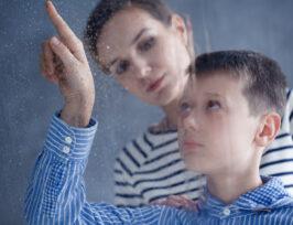Un enfant autiste et sa maman