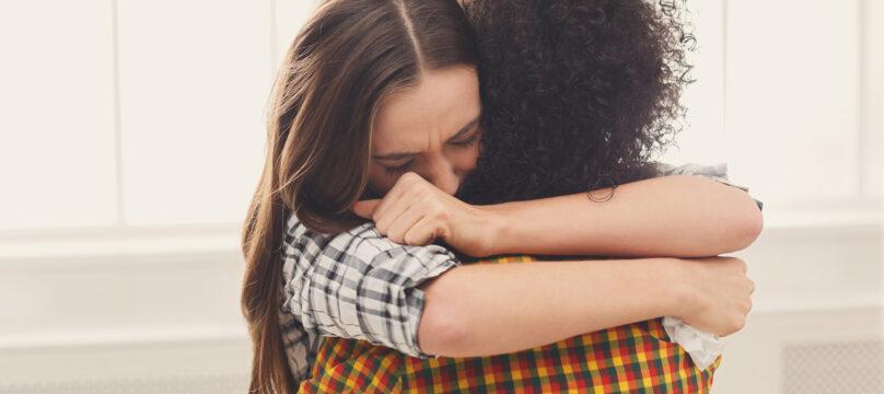 Une femme en train de consoler son amie