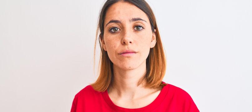 Femme rousse t-shirt rouge
