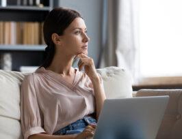 une femme devant son écran