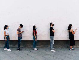 Des personnes faisant la queue.