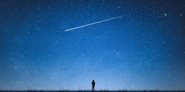 Une femme devant un ciel étoilé