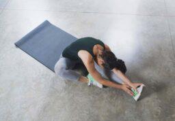 Une femme faisant des exercices d'étirement