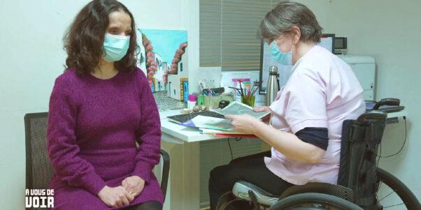 Béatrice Idiard-Chamois avec une de ses patientes aveugle.