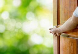 quelqu'un qui ouvre une porte vers l'extérieur.