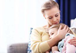 une enfant dans les bras de sa maman